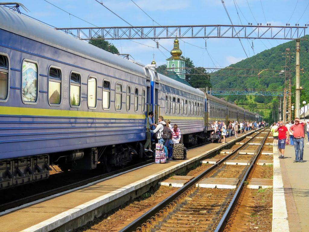 Dálkový vlak z Kyjeva ve stanici Volovec